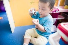 Garçon jouant avec le scaner de jouet Photographie stock