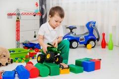 Garçon jouant avec le véhicule Photo libre de droits
