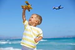 Garçon jouant avec un avion de jouet Images stock