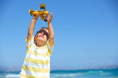 Garçon jouant avec un avion de jouet Images libres de droits