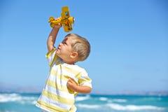 Garçon jouant avec un avion de jouet Photo libre de droits