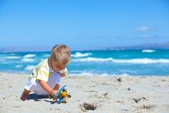 Garçon jouant avec un avion de jouet Photographie stock