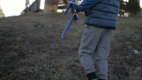 Garçon jouant avec un avion de jouet au parc un jour ensoleillé clips vidéos