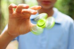 Garçon jouant avec un tri fileur de main de personne remuante Image libre de droits