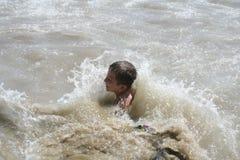 Garçon jouant dans l'eau Photos stock