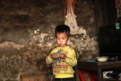 Garçon jouant dans la maison au nord du Vietnam Photos stock