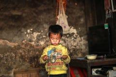 Garçon jouant dans la maison au nord du Vietnam Images libres de droits