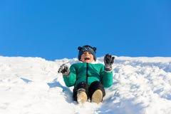 Garçon jouant dans la neige Image stock