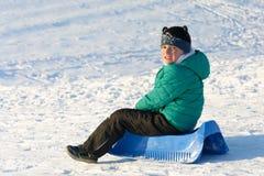 Garçon jouant dans la neige Image libre de droits