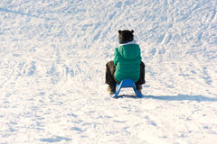 Garçon jouant dans la neige Photographie stock