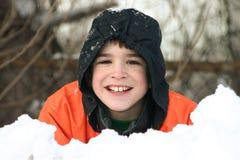 Garçon jouant dans la neige profonde photographie stock libre de droits
