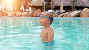 Garçon jouant dans la piscine banque de vidéos