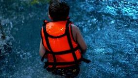 Garçon jouant dans la piscine de l'eau Bébé de mouvement lent dans la piscine d'eau banque de vidéos