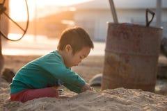 Garçon jouant dans le bac à sable Images libres de droits