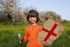 Garçon jouant dans le chevalier médiéval photo stock