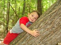 Garçon jouant dans une forêt Images libres de droits