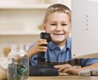 Garçon jouant des jeux d'ordinateur Image libre de droits