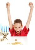 Garçon jouant Dreidel sur Hanukkah Photo libre de droits