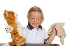 Garçon jouant l'exposition de marionnette Photo libre de droits