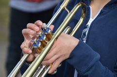 Garçon jouant la trompette photos libres de droits