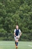 Garçon jouant le football - environ pour prendre un jet dedans photos stock