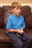 Garçon jouant le jeu vidéo Image stock