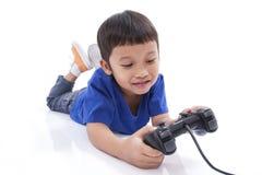 Garçon jouant le jeu vidéo Photos stock