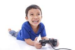 Garçon jouant le jeu vidéo Images stock