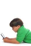 Garçon jouant le jeu vidéo Photo stock