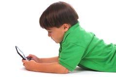 Garçon jouant le jeu vidéo Photographie stock libre de droits