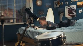 Garçon jouant le smartphone sur le lit clips vidéos