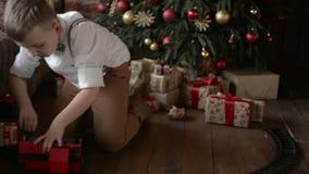 Garçon jouant près de l'arbre de Noël clips vidéos