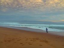 Garçon jouant sur la plage Images libres de droits