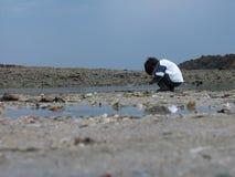 Garçon jouant sur la plage Photographie stock libre de droits