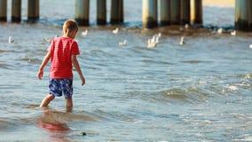 Garçon jouant sur la plage en Caroline du Sud Amérique photo stock