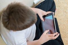 Garçon jouant sur la tablette Photos stock