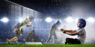 Garçon jouant un jeu vidéo Media mélangé image stock