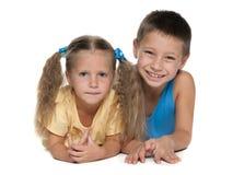 Garçon joyeux et fille réfléchie Photographie stock