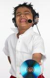 Garçon jugeant cd avec l'écouteur photos libres de droits