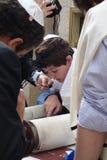 Garçon juif lisant le Torah au mur pleurant dans la vieille ville de Jérusalem Photographie stock libre de droits
