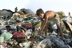 Garçon latin de travail des enfants sur la décharge, Managua Image libre de droits