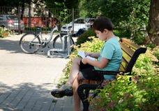 Garçon lisant un livre Image libre de droits