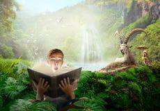 Garçon lisant une histoire merveilleuse de conte de fées image stock