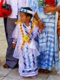 Garçon local dans des costumes traditionnels participant au ceremon de mariage images stock