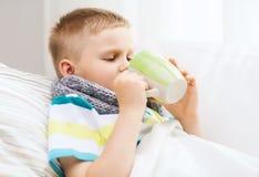 Garçon malade avec la grippe à la maison Images libres de droits