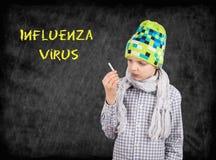 Garçon malade avec un thermomètre sur le fond de tableau - Influ Image stock