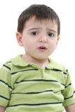 Garçon malheureux d'enfant en bas âge au-dessus de blanc photographie stock