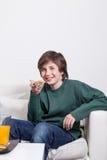 Garçon mangeant d'un pain grillé Images libres de droits