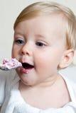 Garçon mangeant de l'aliment pour bébé avec la cuillère Photographie stock libre de droits
