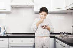 Garçon mangeant de la céréale Image libre de droits